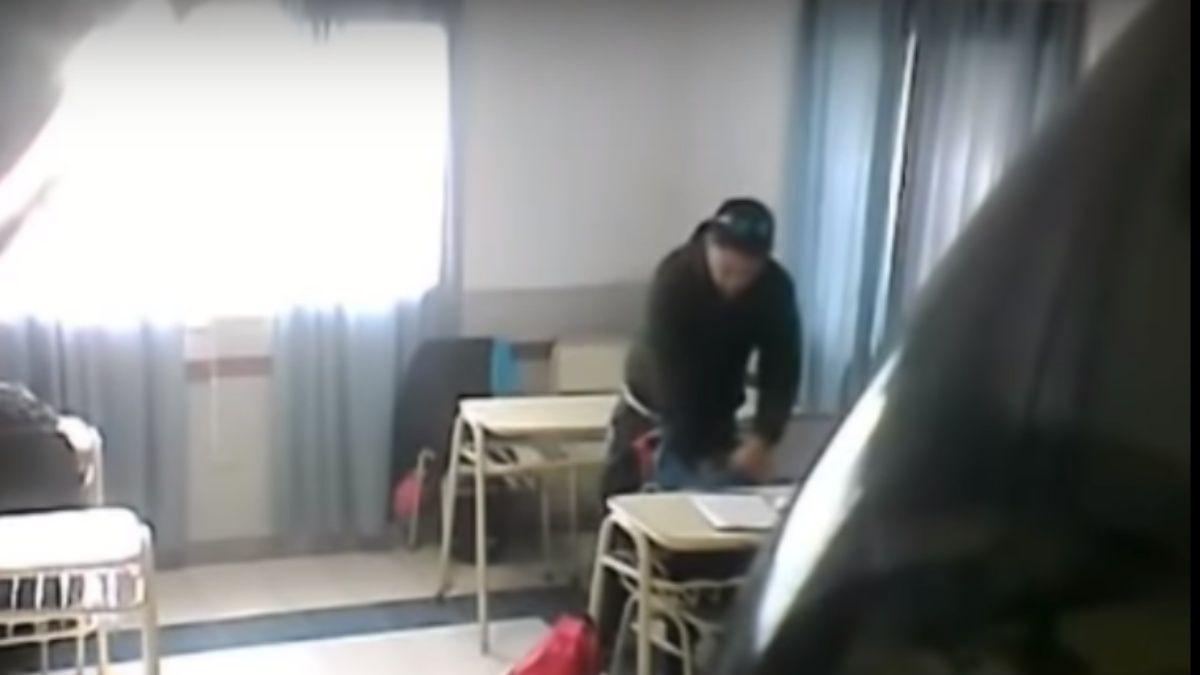 Profesor roba dinero a alumnos durante receso (VIDEO)