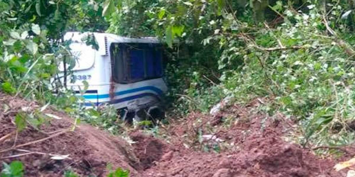 Cae autobús de pasajeros a un barranco de la sierra de Hidalgo