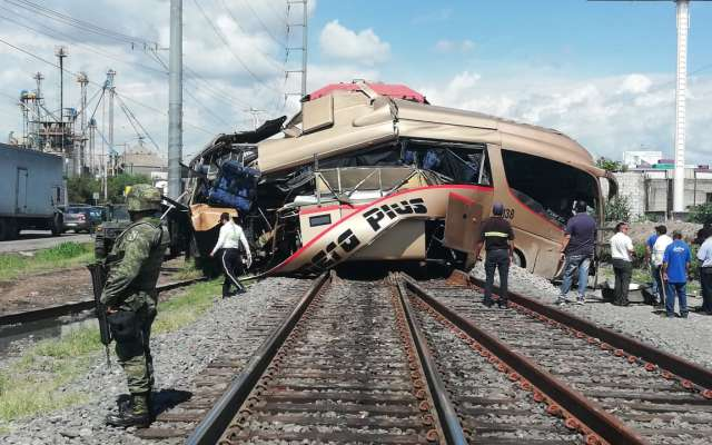 Tren se llevó a un autobús de pasajeros