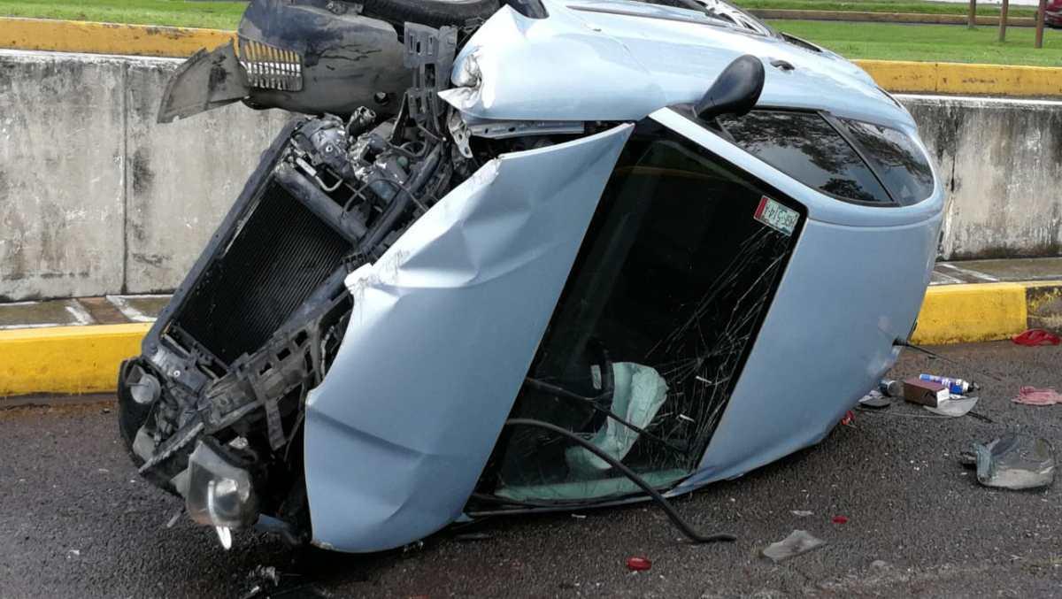 Cae automóvil de puente vehicular en Tulancingo