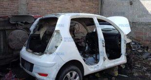 Policías sorprenden a ladrones desvalijando un vehículo en Tecámac