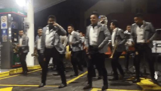 Banda sinaloense amenizó la espera de clientes en gasolinera