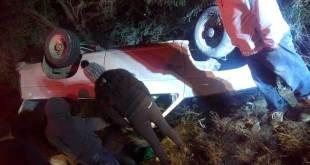 Encuentran camioneta volcada y abandonada en Ixmiquilpan
