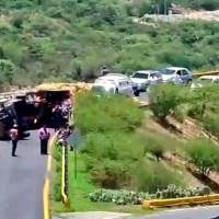 Captan momento en que vuelca camión en el Corredor de la Montaña