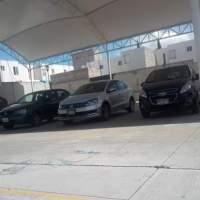 Profesores usan arcotecho de primaria como estacionamiento