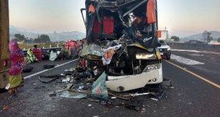 Choque de tráiler y autobús de peregrinos deja dos muertos