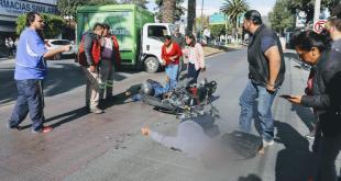 Camioneta embiste a motocicleta en avenida Revolución; dos lesionados