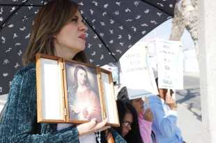 Provida y activistas a favor del aborto se manifiestan en el Congreso