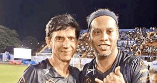 Ronaldinho crea caos con su informalidad en visita a Cancún