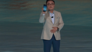 Dj Ken shows the Samsung Galaxy Note 8