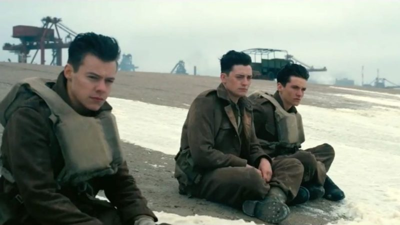 Soldiers waiting for the ships to be rescued from the shores of Dunkirk