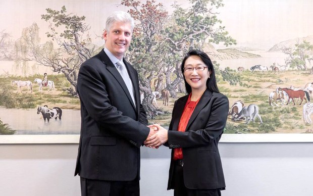 HTC-Cher-Wang-Google-Rick-Osterlohhand shake on the deal