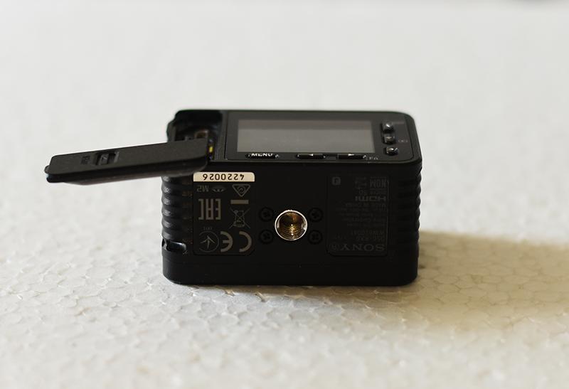 Sony-Cyber-shot-DSC-RX0--tripod-socket