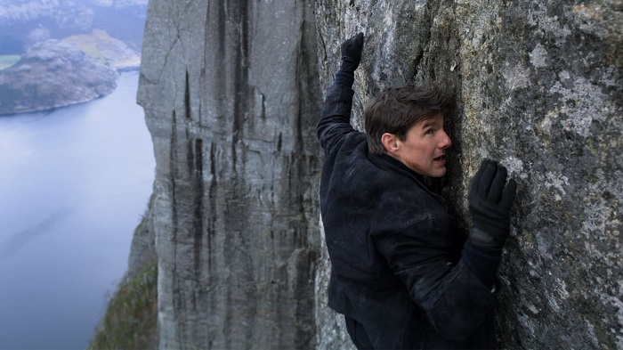 Mission Impossible - Fallout - Tom Cruise hanging on the cliff