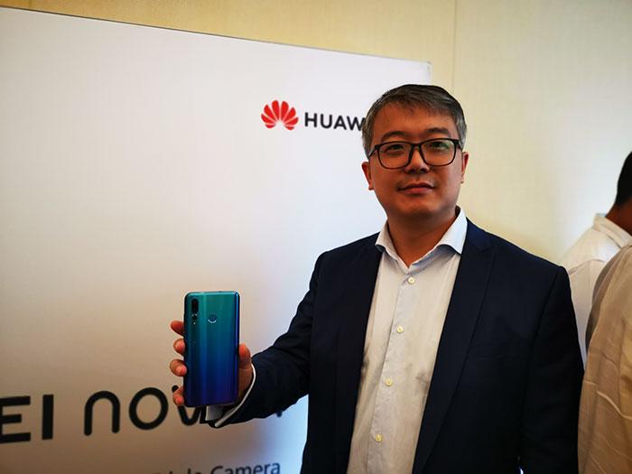 David-Wang,-UAE-Country-Manager,-HUAWEI-CBG-showcased-the-Huawei-Nova-4-smartphone