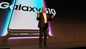 Tarek-Sabbagh_shows-the-Samsung-S10+profile