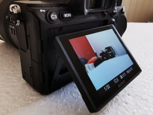 Sony-α7R-IV-Camera-tilting-touch-screen
