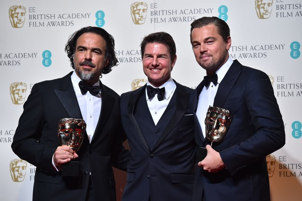 Alejandro González Iñárritu et Leonardo DiCaprio entourent Tom Cruise qui tape l'incruste (photo : AFP)