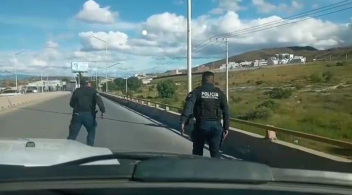 Policías capitalinos evitaron que un joven de 18 años de edad se arrojara desde la cima del puente del bulevar Rocha Cordero