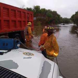 Bomberos respondieron a un llamado de auxilio en Camino a la presa y libramiento Rocha Cordero; ya que una persona fue arrastrada por la corriente.