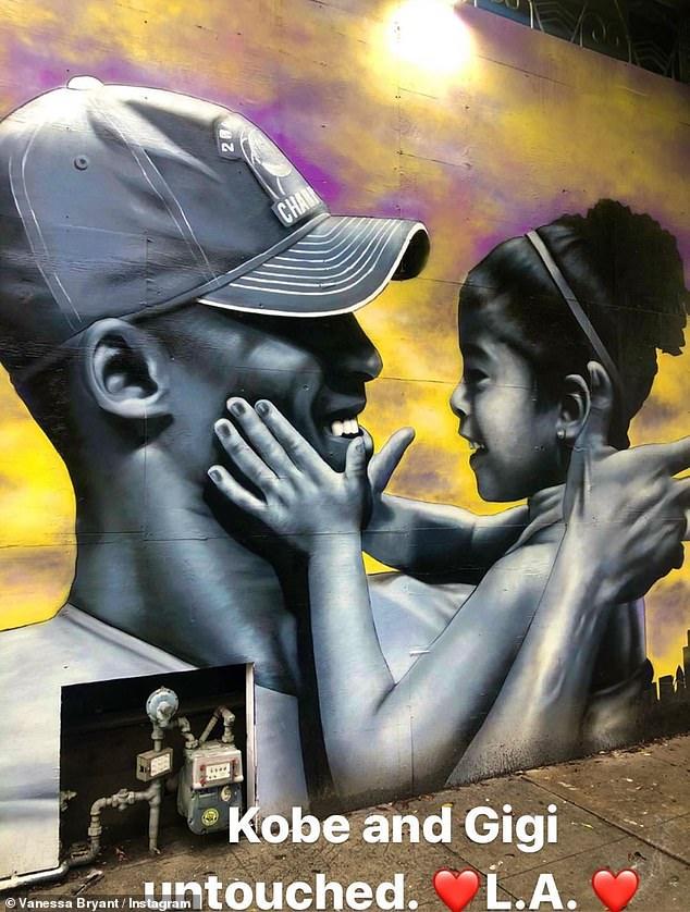muralot-na-kobi-zachuvan-policajcite-na-kolena-mokjni-momenti-od-protestite-vo-sad-03.jpg
