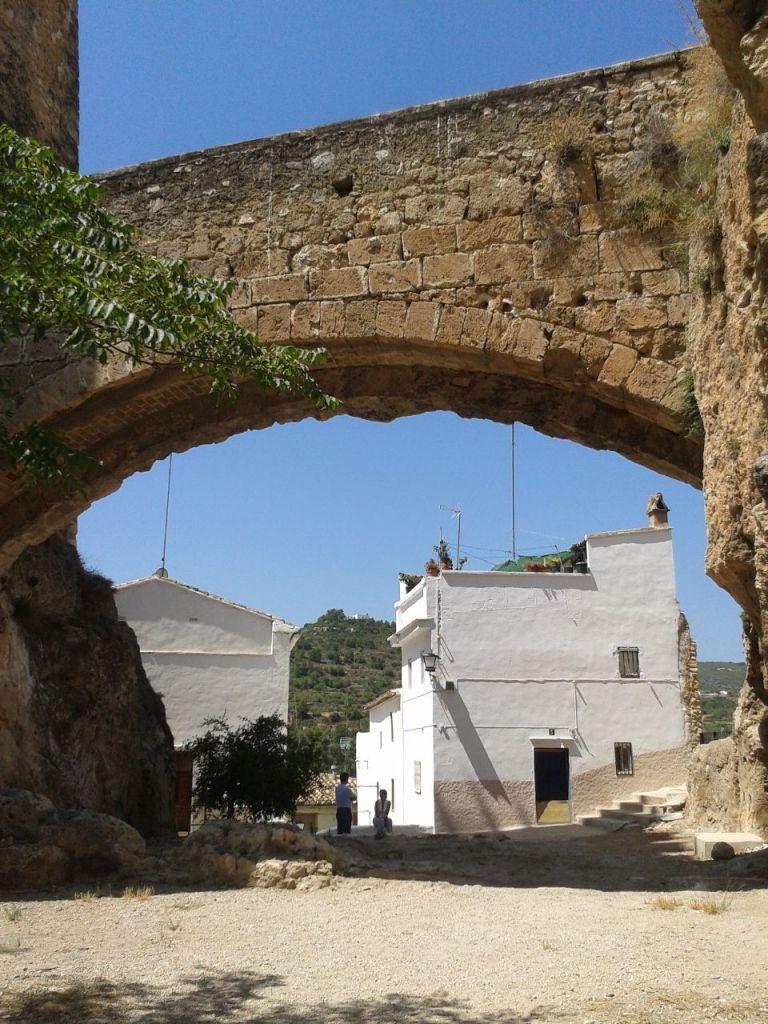Foso intermedio y puente, Castillo de Buñol.