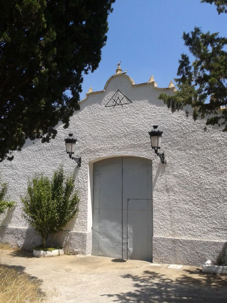Puerta del cementerio de Buñol con el símbolo masónico.