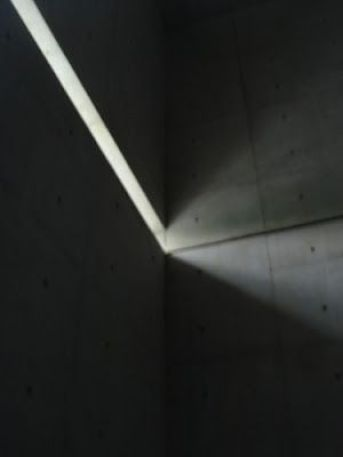Detalles de la incidencia de la luz a lo largo del día en los muros de hormigón.
