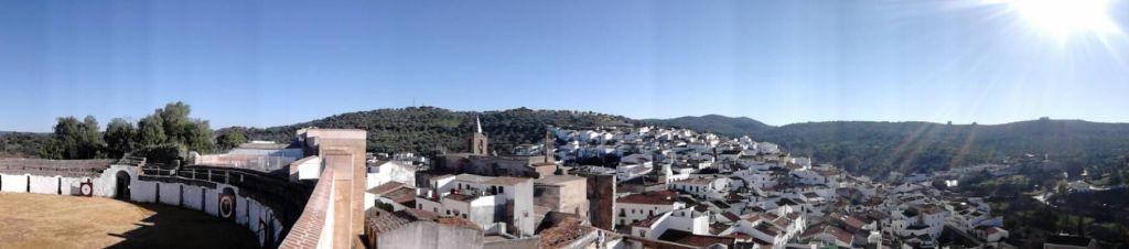 Vista panorámica desde el castillo de Aroche. En el otro cerro, la Torre de San Ginés. A la derecha, parte de la muralla. A la izquierda, plaza de toros.