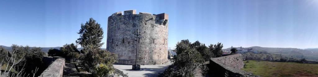Vistas del el Cerro de la Horca. Al fondo, alineados, la Torre del Homenaje y el Fuerte del Cerro de Peña del Murillo.