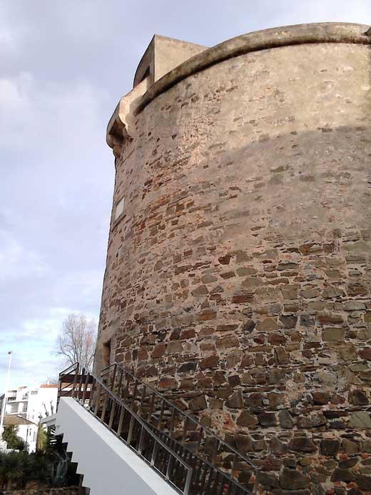 Torre Umbría, escalera de acceso, ladronera y garita en la terraza