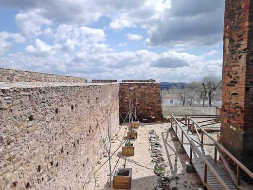 Accesos actuales para recorrer el interior del fuerte de Paymogo.