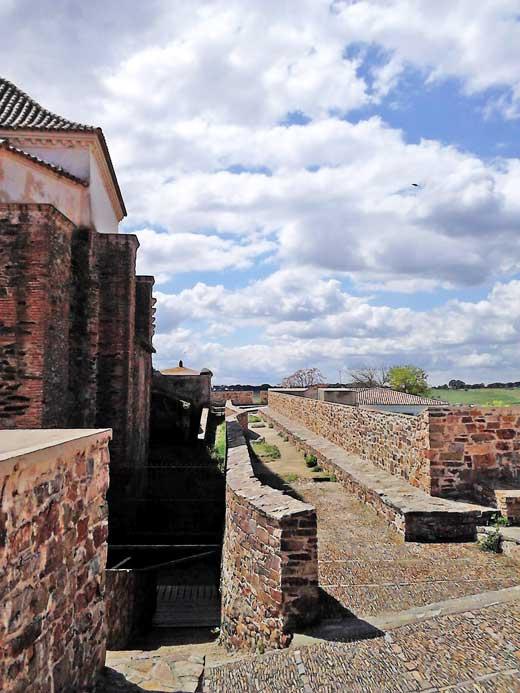 Sistema original de circulación en el interior del fuerte de Paymogo.