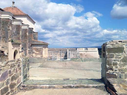 Vista de uno de los baluartes del fuerte de Paymogo. En el otro lado se observa la huella del muro de la cortina que cerraría el acceso.
