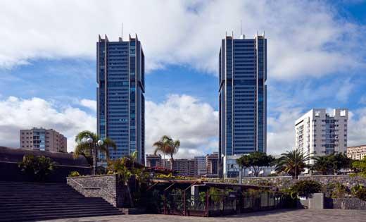 Vista de las Torres de Santa Cruz desde el Parque Marítimo César Manrique.