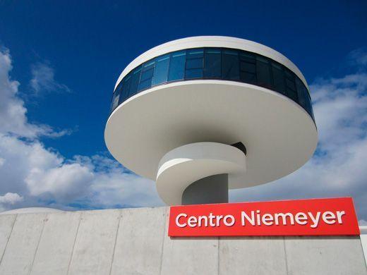 Torre-mirador que forma parte del Centro Niemeyer.