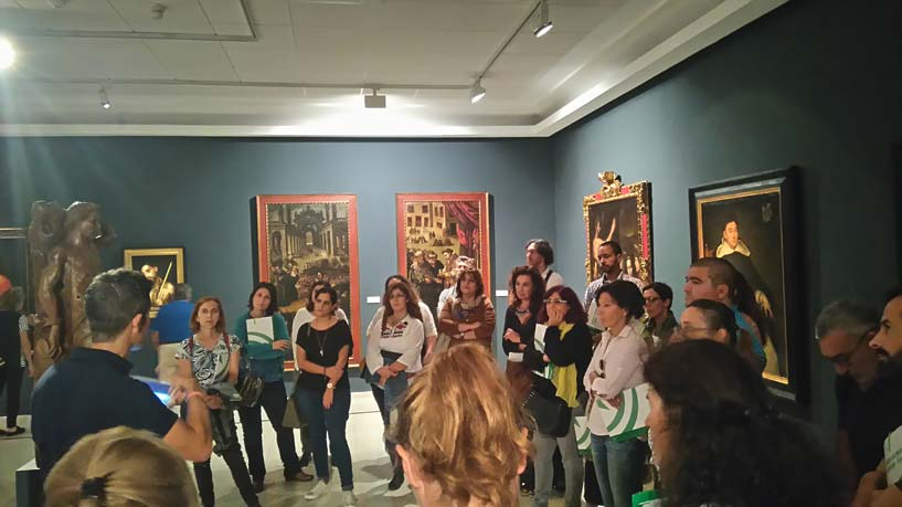 Personas en un museo