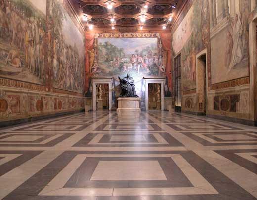 sala del museo capitolino con escultura al fondo