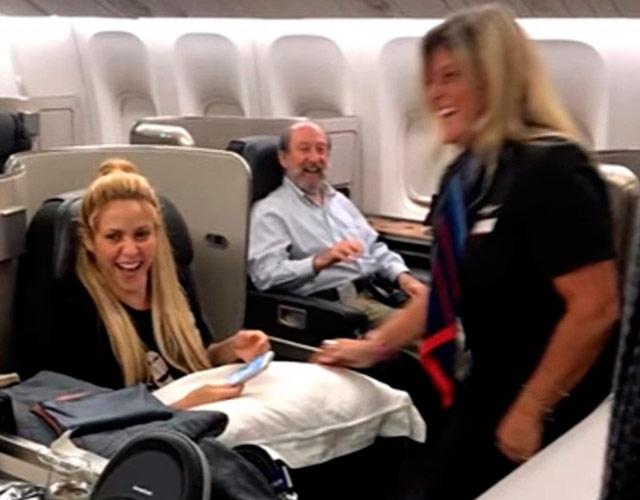 El vídeo de Shakira en un avión con una azafata bailando 'Waka Waka'   CromosomaX