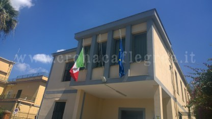 Bandiere a mezz'asta al comune di Bacoli