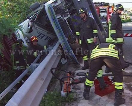 I vigili del fuoco e il camion sul quale viaggiava Dell'Annunziata
