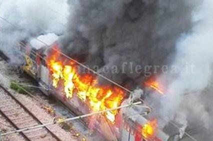 Il treno della Cumana in fiamme