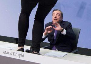 Draghi spiega: l' uscita dell' Italia dall' euro costerebbe 358 miliardi. Ma Salvini fa finta di non sentire
