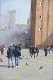 Rapina col fumogeno in gioielleria a Venezia, sventata dalle commesse, San Marco in fumo. Turisti incuriositi sotto il sole