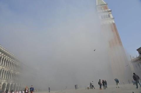 Rapina col fumogeno in gioielleria a Venezia, sventata dalle commesse, San Marco in fumo. Sventata la rapina, i banditi approfittano del fumo per scappare