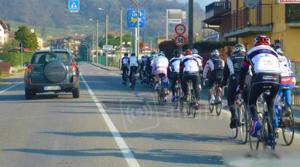 Vogliono proibire di sorpassare i ciclisti a meno di un metro e mezzo di distanza