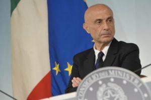 Ministri contro Minniti: Ong, Onu e champagne...ecco perché l'Italia va male