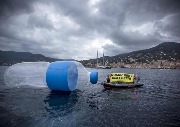 Acqua? Nell'80% di quella che beviamo c'è la plastica: ma ormai ci siamo abituati...
