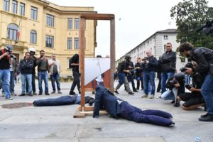 Ghigliottina in piazza, insulti agli avversari, botte dai no Tav: è il Vaffa di Grillo declinato