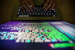 """Ragazza suicida sotto ricatto per video a luci rosse: indagati tre """"amici"""""""